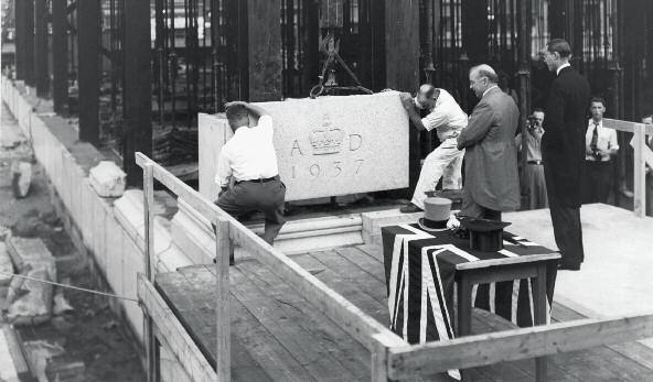 Le premier ministre Mackenzie King (à gauche) et le premier gouverneur de la Banque, Graham Towers (à droite).