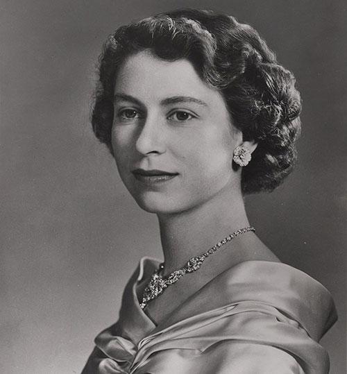 La reine Elizabeth II, photographie : Yousuf Karsh (1908-2002), montage (retrait du diadème) : Brigdens (Toronto), impression à partir du négatif numéro 521976, vers 1953, acquisition en 1990 auprès du département des Opérations bancaires de la Banque du Canada, Collection nationale de monnaies, code : 1990.0057.00032