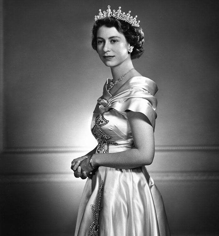 La reine Elizabeth II, photographie : Yousuf Karsh (1908-2002), 1951, © Succession de Yousuf Karsh