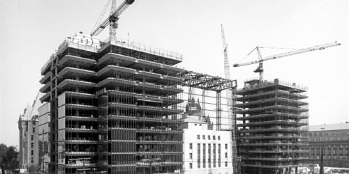 Construction des tours de verre. Architectes : Arthur Erickson, en association avec Marani, Rounthwaite et Dick.